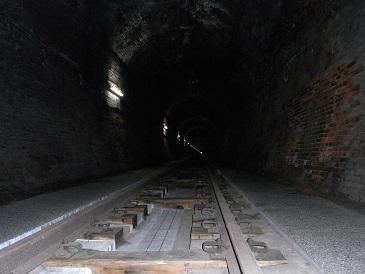 トンネル遊歩道の中