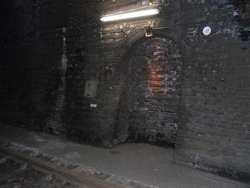 トンネル遊歩道の中2